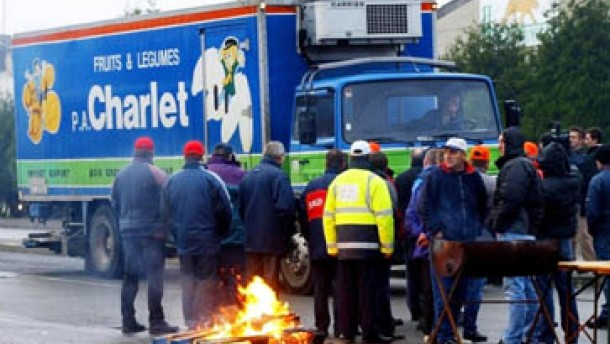 Frankreichs Fernfahrer errichten Straßenblockaden