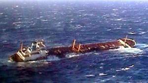 Nach Tankerunglück vor Spanien Öl-Barrieren aufgebaut