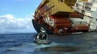 Ein Team von Bergungsexperten hat am Sonntag einen neuen Versuch gestartet, Öl aus dem vor Neuseeland havarierten Containerschiff 'Rena' abzupumpen.