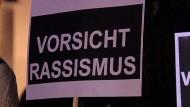 Die Bundesregierung sieht in der mutmaßlichen Neonazi-Mordserie eine neue Form des Rechts-Extremismus in Deutschland und will alle einschlägigen ungelösten Fälle seit Ende der 90er Jahre auf Verbindungen prüfen.