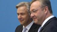 Berlins Regierender Bürgermeister Wowereit und der Berliner CDU-Chef Henkel haben am Mittwoch den rot-schwarzen Koalitionsvertrag vorgestellt.