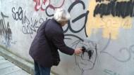 66-Jährige entfernt Neonazi-Graffitis