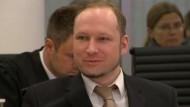 Der norwegische Attentäter Anders Behring Breivik hat am Dienstag vor Gericht die Tötung von 77 Menschen verteidigt, zuvor war ein Schöffe vom Prozess ausgeschlossen worden.