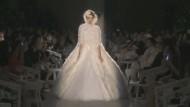 Der Modezar Karl Lagerfeld hat seine neue vom Vintage-Look inspirierte Haute-Couture-Kollektion bei der Pariser Fashion Week präsentiert.