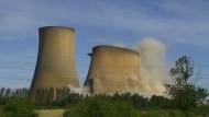 Die Türme eines Kraftwerks in der englischen Grafschaft Nottinghamshire seien nicht mehr sicher gewesen, so ein E.on-Sprecher.