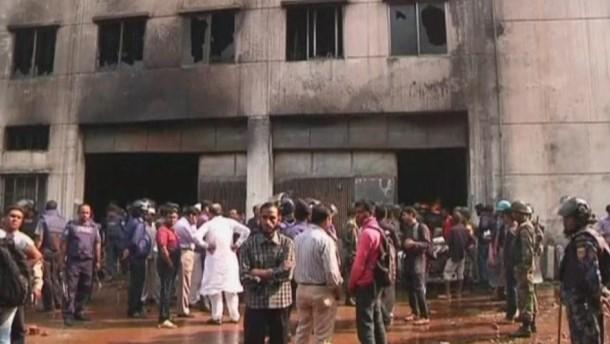 Beim Brand einer Textilfabrik in Bangladesch sind mehr als 100 Menschen ums Leben gekommen.