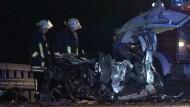Auf der A1 bei Bremen hat ein Geisterfahrer einen schweren Verkehrsunfall verursacht. Zwei Menschen kamen ums Leben.