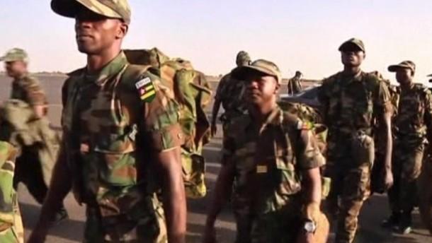 Auf dem Flughafen von Bamako traf unterdessen das erste westafrikanische Truppenkontingent ein