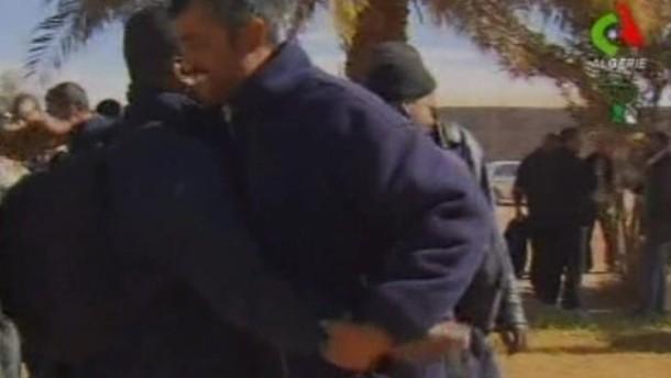 Das algerische Fernsehen hat am Freitag Bilder von befreiten Geiseln aus der Gasförderanlage Inamenas gezeigt.