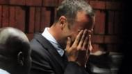 Der südafrikanische Paralympics-Star Oscar Pistorius steht wegen Mordes an seiner Freundin vor Gericht.