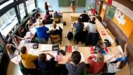 Schüler in einer Realschule in Niedersachsen (Archivbild). Wie gut es Kindern in wohlhabenden Ländern geht, hängt auch mit der dortigen Politik zusammen.