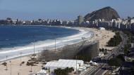 Die Copacabana mit dem olympischen Volleyballfeld. Hier machten Händler einen grausigen Fund.
