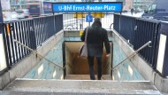 Eingang zur U-Bahnstation Ernst-Reuter-Platz in Berlin Charlottenburg.