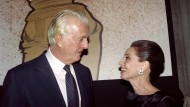"""Hubert de Givenchy im Jahr 1991 mit der Schauspielerin Audrey Hepburn. Sie stattete er in zahlreichen Filmen aus, neben """"Frühstück bei Tiffany"""" auch in """"Charade"""", """"Funny Face"""" und """"Ein süßer Fratz""""."""