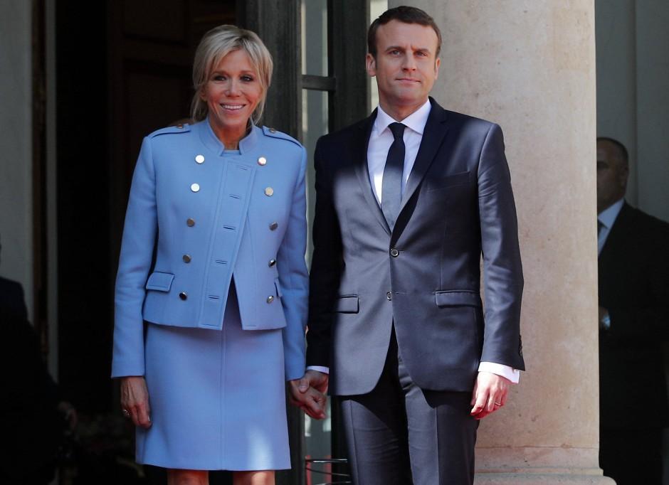 Bei der Amtseinführung ihres Ehemannes am Sonntag trug Brigitte Macron ein hellblaues Outfit der Luxusmarke Louis Vuitton.