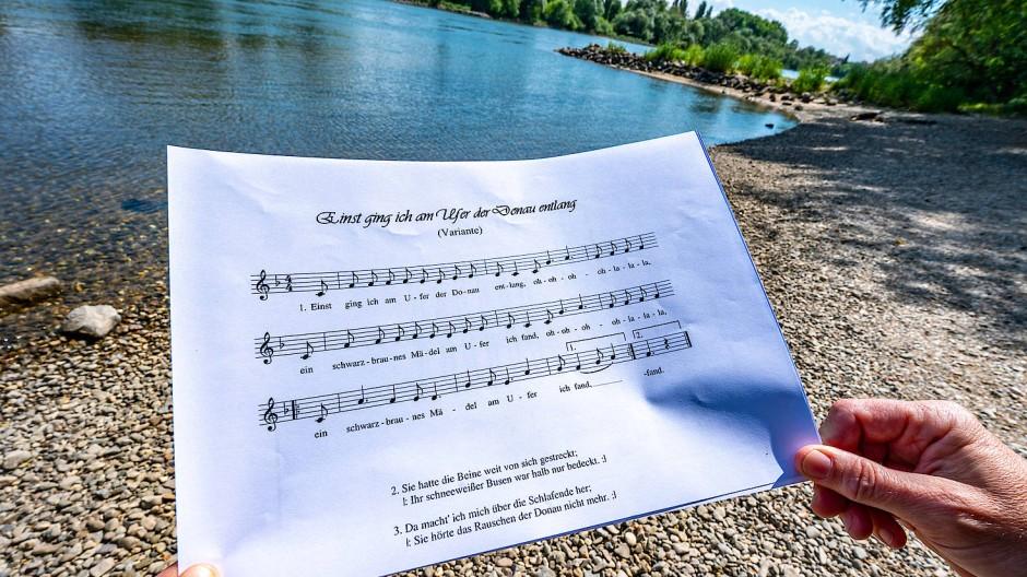 Ein Notenblatt mit dem Liedtext des Donaulieds (Archivbild).
