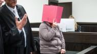 """""""Je mehr ich mich gewehrt hätte, umso mehr hätte ihn das angespornt"""": Angelika W. am Mittwoch vor Gericht in Paderborn."""