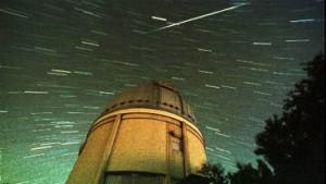 Sternschnuppen-Feuerwerk am Nachthimmel