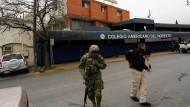 Ein Soldat und ein Polizist vor der Schule in Monterrey, an der ein Schüler auf andere geschossen hat
