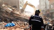 Ein Rettungssanitäter am Sonntag vor Trümmern in Ecuador. Es war das stärkste Erdbeben im Land seit 1979.