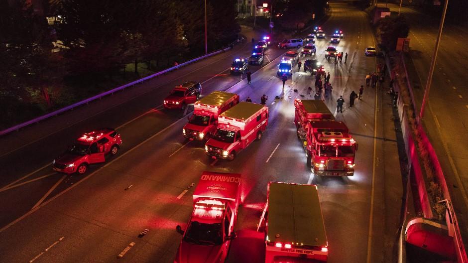 Mit Dutzenden Einsatzkräften sind Polizei und Sanitäter vor Ort, nachdem ein 27-Jähriger in Seattle mit seinem Auto in eine Protestgruppe raste und dabei zwei Frauen lebensgefährlich verletzte.