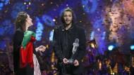Aus dem Häuschen: Der Portugiese Salvador Sobral gewinnt mit einem Lied, das ihm seine Schwester Luisa (links) schrieb.