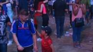 Kleiner Portugal-Fan tröstet weinenden Franzosen