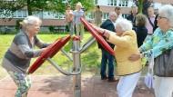 Auch im Alter noch fit und aktiv: Zwei Rentnerinnen versuchen sich in einem Leipziger Park an einem Fitnessgerät.