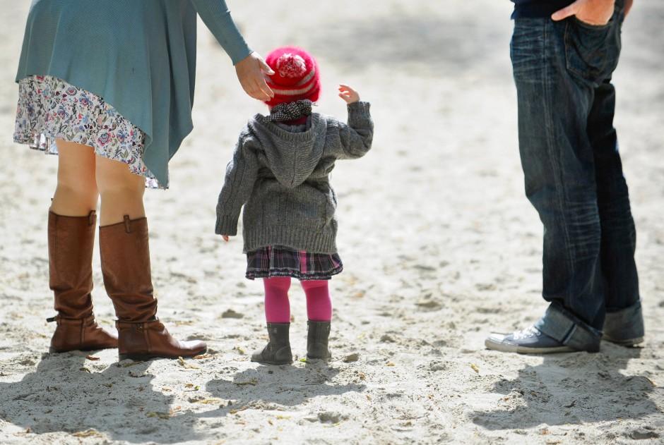 Wenn es darum geht, ihr Kind vor Spielplatzdreck zu schützen, sind viele Eltern übervorsichtig. Doch wie sinnvoll ist das?