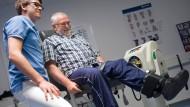 Mit hohem Krafteinsatz: Post-Polio-Syndrom-Patient Michael Speicher macht seine Übungen in Begleitung eines Therapeuten im Katholischen Klinikum Koblenz