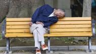 Unausgeruht, trotz ausgiebiger Nachtruhe? Das kann verschiedene Gründe haben. Doch es gibt Tricks, mit denen man die Erholung während des Schlafs steigern kann.