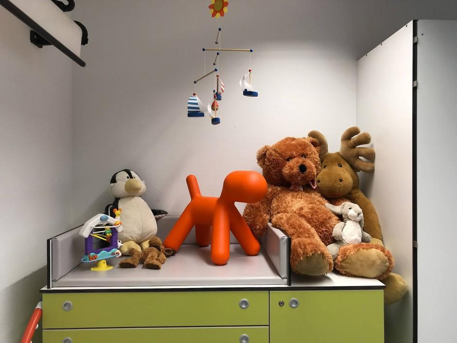 Zwischen herzlicher Empathie und nüchterner Objektivität: Am Wickeltisch der Hamburger Rechtsmedizin kümmern sich Ärzte um das Wohl von Kindern.