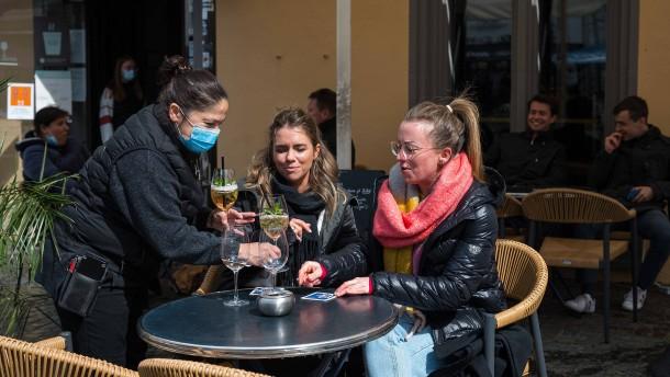"""Inzidenz über 100: Ampel im Saarland-Modell springt auf """"gelb"""""""