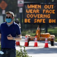 Ein Schild im kalifornischen Beverly Hills erinnert die Menschen daran, in der Öffentlichkeit eine Maske zu tragen.