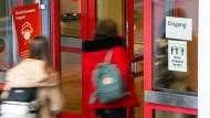 Abstand halten, Masken tragen, vereinzelt gibt es Tests: Trotz steigender Infektionszahlen muss das an den Schulen in Deutschland ausreichen.