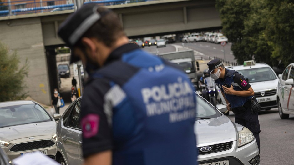 Polizisten kontrollieren einen Checkpoint im spanischen Madrid.
