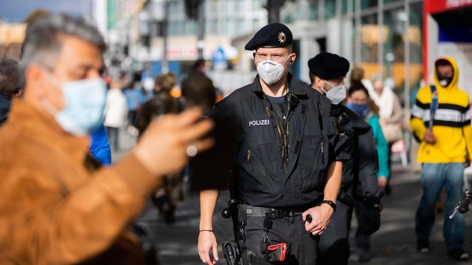 Bundespolizisten kontrollieren auf einer Berliner Einkaufsstraße die Einhaltung der Maskenpflicht