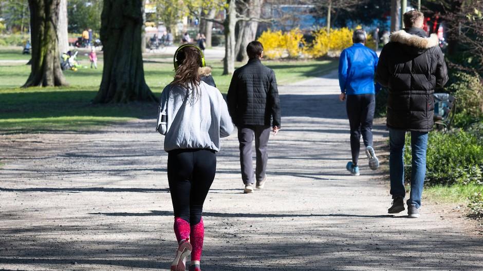 Zielkonflikt: Manchmal kommen Jogger und Spaziergänger im Günthersburgpark einander bedenklich nahe.