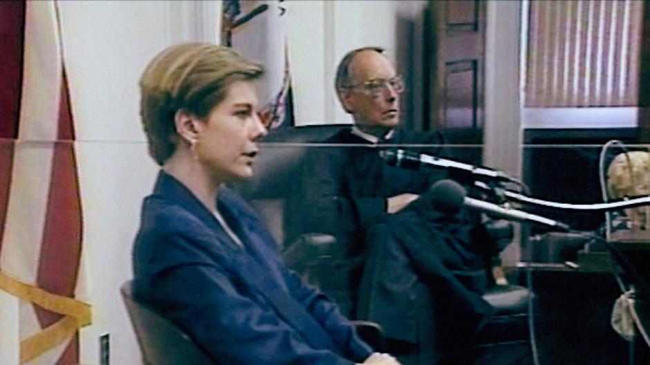 Als Zeugin: Elizabeth Haysom sagt 1990 beim Prozess gegen ihren einstigen Freund Jens Söring aus, im Hintergrund Richter William Sweeney.