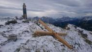 Da liegt es wieder: Das abgesägte Gipfelkreuz