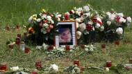 Mit Blumen und Kerzen formten Freunde und Familie der getöteten Irina A. ein Herz an der Stelle, an der die junge Frau im Frankfurter Niddapark im Mai 2018 tot aufgefunden wurde.