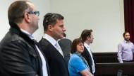 Vor Gericht vereint: Wilfried W. (links) und Angelika W. mit ihren Anwälten. Wer die treibende Kraft hinter den Misshandlungen war, ist unklar.