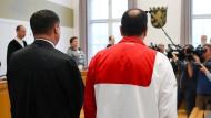 Der 48-jährige Angeklagte (rechts) steht zum Prozessbeginn im Gerichtssaal des Landgerichts neben seinem Verteidiger Alois Kova: Hat er den Milliardärssohn Markus Würth 2015 alleine entführt?