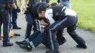 Beamten der österreichischen Polizei überwältigten den geistig verwirrten Mann und nahmen ihn noch am Bahnsteig in Sulz-Röthis fest.