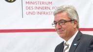 Gestiegene Einbruchgefahr: SPD-Innenminister Roger Lewentz stellt die Kriminalstatistik 2015 in Mainz vor.