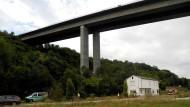 Die Polizei sperrte den Fundort der drei Leichen nahe Würzburg ab und untersuchte die Stelle.