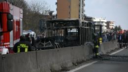 Mann entführt 51 Kinder und zündet Bus an