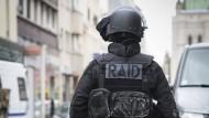 Mann schießt in Supermarkt von Paris um sich