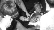 Wie wurde der amerikanische Senator und Präsidentschaftskandidat Robert Francis Kennedy wirklich getötet? Ob der Schütze Sirhan tatsächlich unter Hypnose stand, als er um sich schoss, ist umstritten.