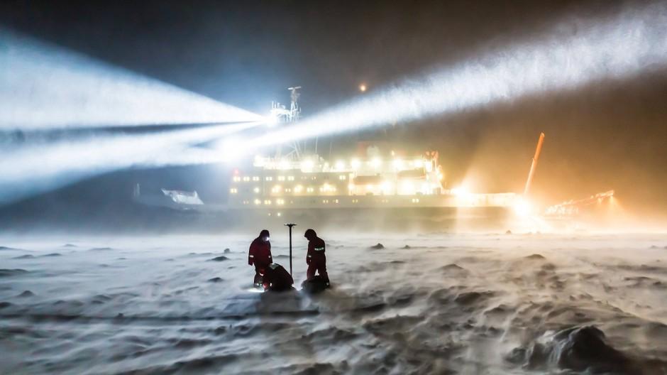 """Forschen in der Polarnacht: Meereisphysiker vom Alfred-Wegener-Institut bei einer früheren Expedition des Forschungsschiffes """"Polarstern"""". (Archivbild)"""